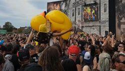 Fans crowdsurfen op grote gele eend en in rolstoel op Alcatraz