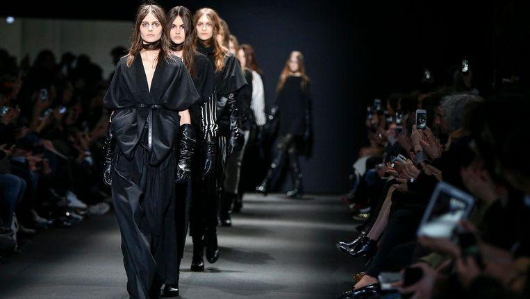 Modellen showen de herfst-wintercollectie 2015/16 van Ann Demeulemeester tijdens de Parijse Modeweek. Beeld PHOTO_NEWS