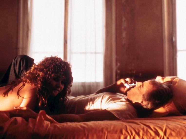 ► Maria Schneider en Marlon Brando in Last Tango in Paris (1972). De beruchte verkrachtingsscène in die film traumatiseerde Schneider voor het leven. Beeld © The Hollywood Archive