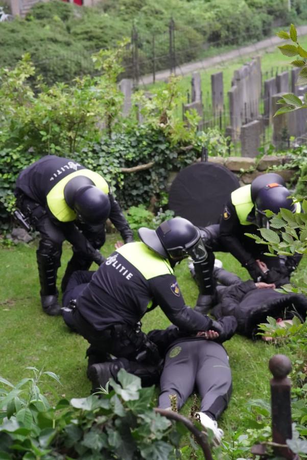 Aanhouding van twee man in Wageningen door de ME.
