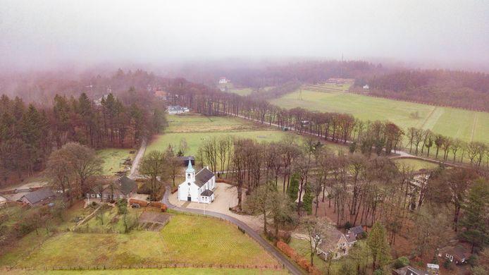Het terrein van De Hoenderloo Groep (achtergrond) ligt tegen het dorp aan en bepaalt dus een deel van het gezicht van Hoenderloo.