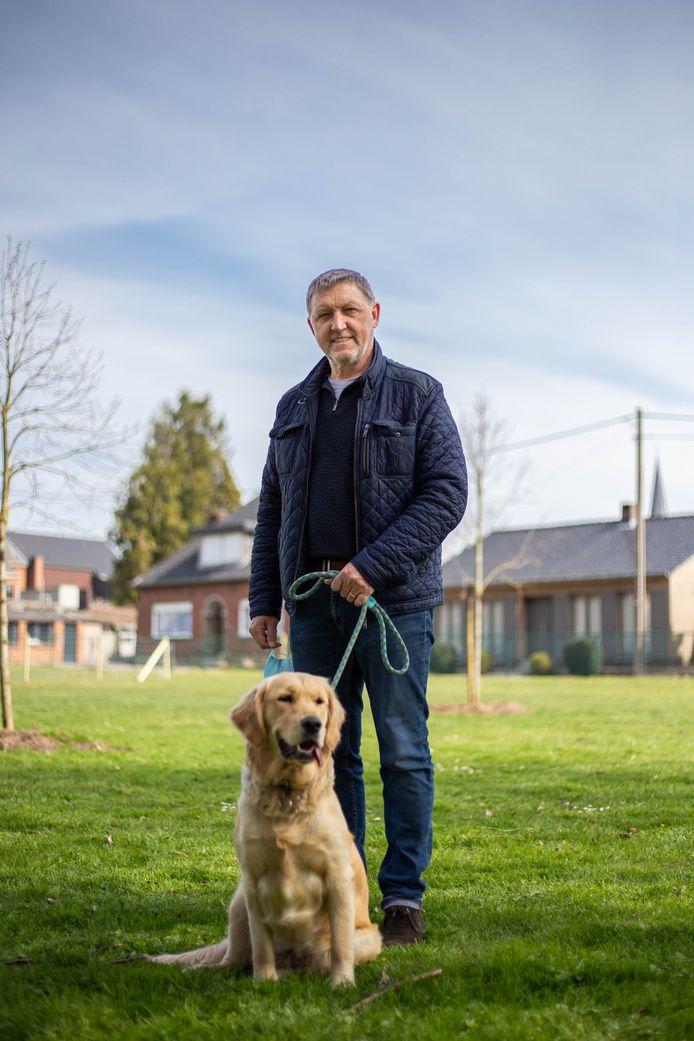 Milieuschepen Benny Smets op de hondenlosloopweide in Veerle.