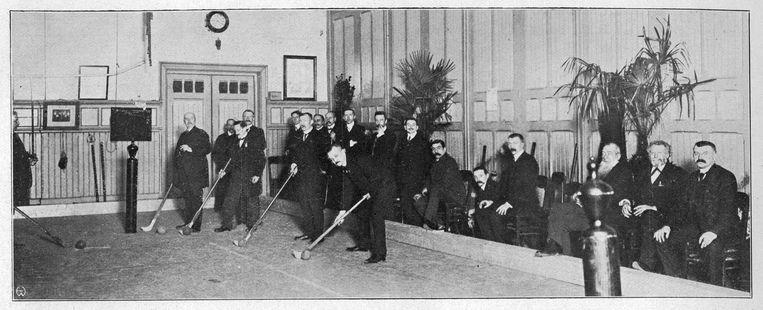 De kolfbaan van Kolf-Club Amsterdam in Turngebouw De Hoop, in 1910. Beeld