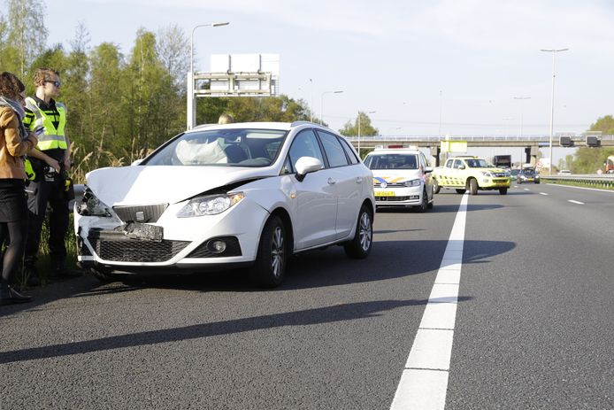 Het ongeval vond plaats bij knooppunt Hattemerbroek. Door een afgesloten rijstrook liep de file snel op.