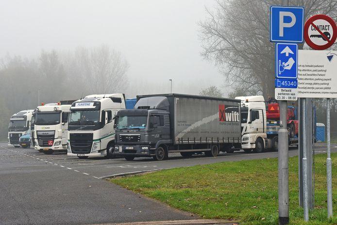 Sas van Gent. Vrachtwagenchauffeurs rusten op het Suikerplein.