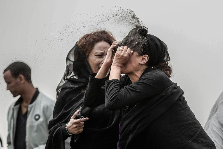 Deze foto toont een familielid van een slachtoffer van de vliegtuigcrash van de Ethiopische Luchtvaartmaatschappij Flight ET302. Ze gooit vuil in haar gezicht terwijl ze rouwt op de crashplaats, vlakbij Addis Abeba (Ethiopië). De foto werd gemaakt door Mulugeta Ayene en won in de categorie 'Spot News Stories' Beeld AP