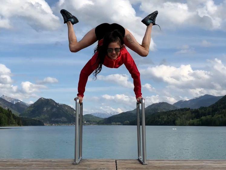Oostenrijkse acrobate kronkelt zich in alle mogelijke vormen