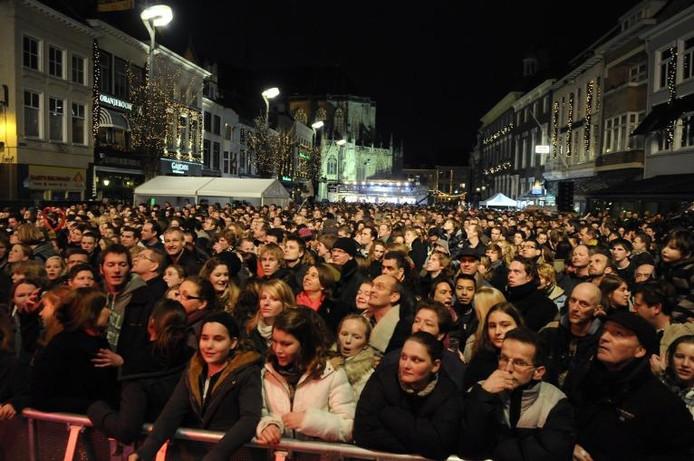 Een enorme drukte op de Grote Markt in Breda in 2008. Iedereen wil nog een glimp opvangen van de drie dj's die Breda zes dagen op z'n kop hebben gezet.