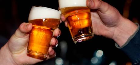 Dronken jongeman ligt op wegdek in Ermelo en ontsnapt aan ongeluk