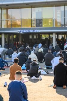 Moslims beginnen Suikerfeest op bijzondere plek, met gebed in en rond parkeergarage
