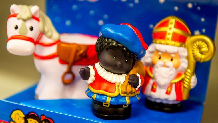 Sinterklaas en Zwarte Piet speelgoed-poppetjes van Fisher-Price. De speelgoedfabrikant haalt de Zwarte Piet-poppetje uit het assortiment na klachten, waarin kenbaar werd gemaakt dat het poppetje racistisch zou zijn. Beeld ANP