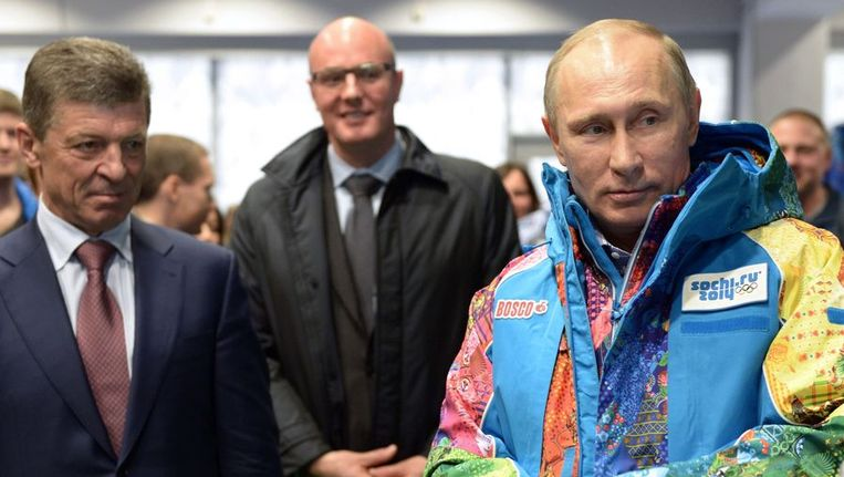 President Poetin past een vrijwilligersjas van de Olympische Spelen in Sotsji Beeld epa