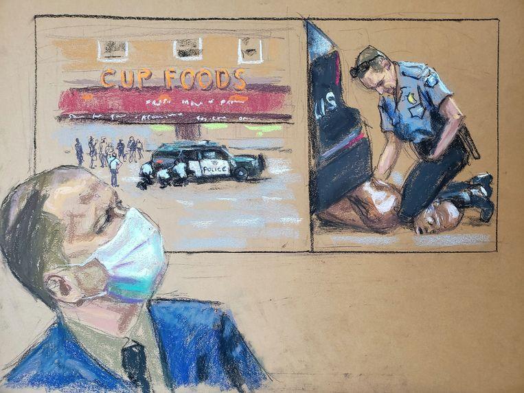 Agent Derek Chauvin kijkt in de rechtszaal naar beelden waarop hij zijn knie ope de keel van George Floyd drukt.  Beeld REUTERS