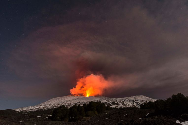 De etna kende kort voor de middag een uitbarsting. Toeristen raakten gewond, net als Italiaanse wetenschappers die recente uitbarstingen bestudeerden. Beeld AP