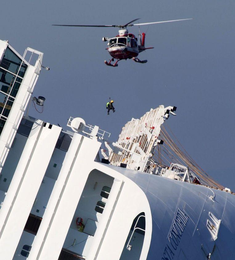 Een reddingswerker bij de gekapseisde Costa Concordia, gefotografeerd op 23 februari. Beeld epa