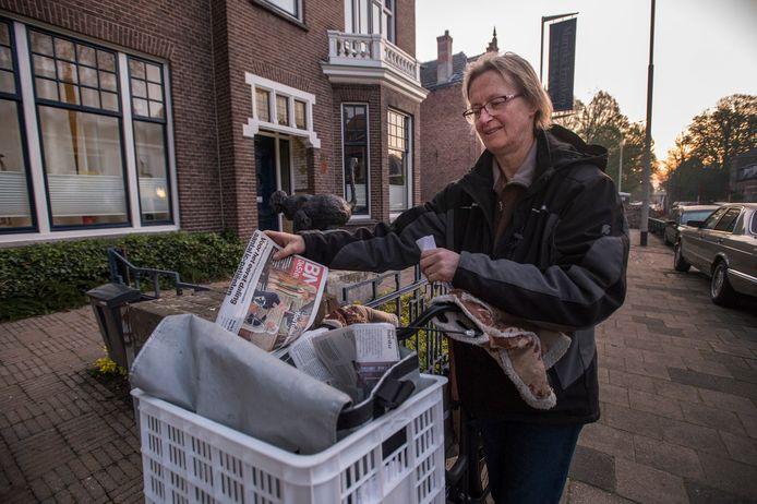 Marion van de Nouweland (60) bezorgt al 20 jaar de krant in Breda.
