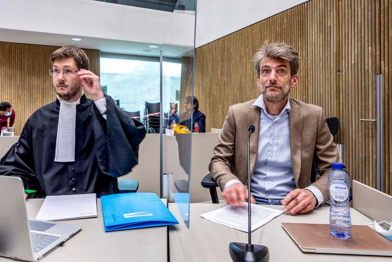 Bestuurder Misha van Denderen (rechts) van de Stichting voor Persoonlijk Onderwijs tijdens de zitting om publicatie van het inspectierapport te voorkomen. De inspectie constateert dat het onderwijs op meerdere vestigingen onder de maat is. Beeld Raymond Rutting / de Volkskrant