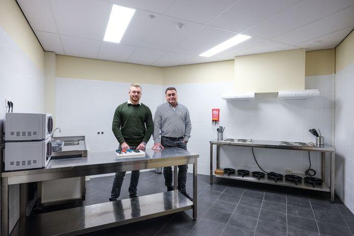 Levi (links) en René Derksen van de Cervo Group in een van de keukens van het nieuwe pension voor buitenlandse arbeiders. Foto : Jan Ruland van den Brink