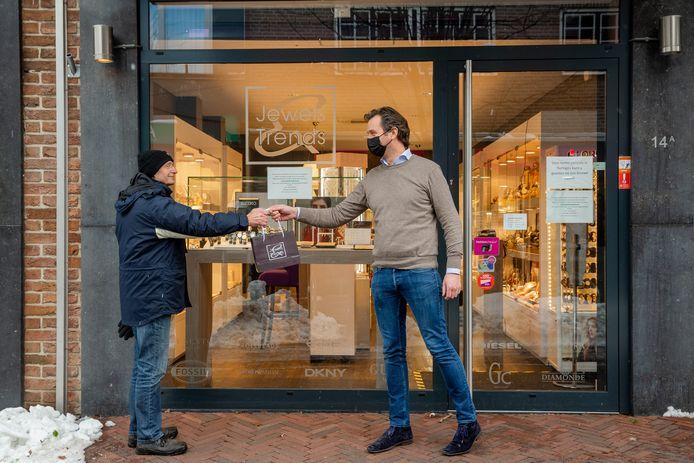 Een klant haalt een bestelling af bij Jewels & Trends in Wijchen.