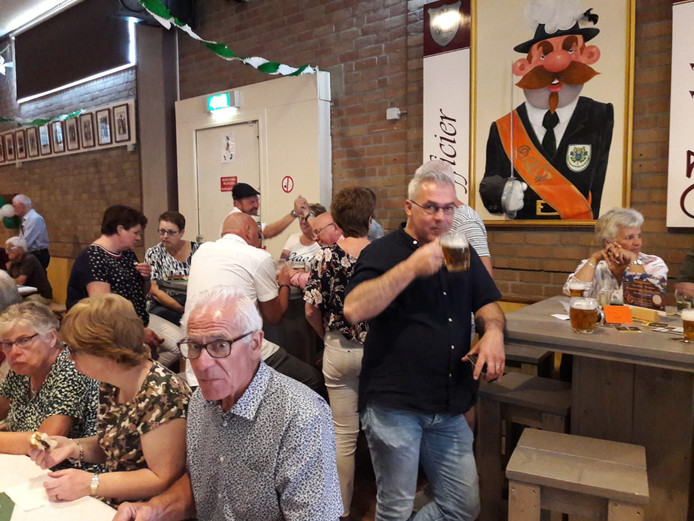 De meeste bezoekers wisten wel raad met de pullen bier.