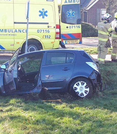 Auto belandt in sloot na aanrijding in Kootwijkerbroek, één gewonde