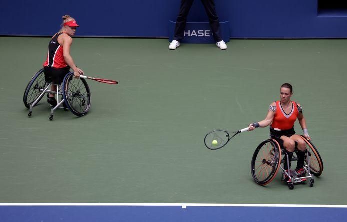 Marjolein Buis (rechts) in de finale met haar dubbelpartner Diede De Groot.