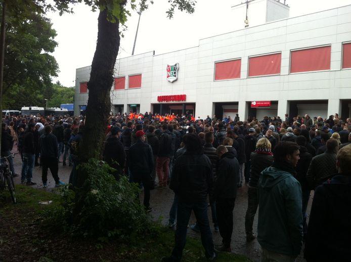 Bij het stadion van NEC wachten supporters de spelers op. Foto: Leo Klaassen/DG
