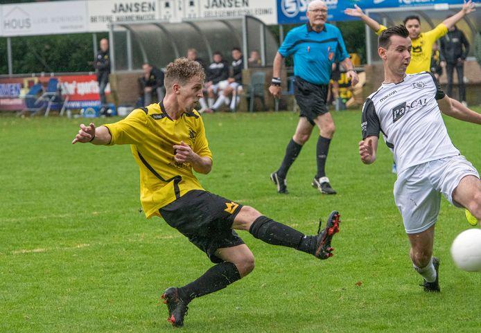 Rik Groot legt aan voor de 3-1 tegen ZSV, SSS'18-ploeggenoot Renell Luydens juicht al.