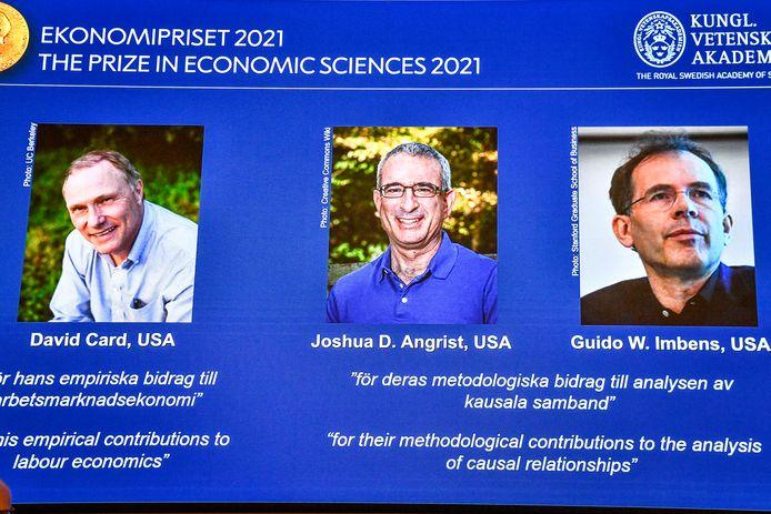 De gauche à droite, sur l'écran, les lauréats du prix Nobel d'économie 2021, David Card de l'université de Californie à Berkeley, Joshua Angrist du Massachusetts Institute of Technology et Guido Imbens de l'université de Stanford, annoncés lors d'une conférence de presse à l'Académie royale des sciences de Suède, à Stockholm, en Suède, le lundi 11 octobre 2021.