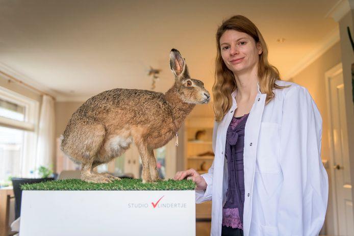 Vlindertje Smit is taxidermie-kunstenares, zij maakt kunstwerken van geprepareerde dieren.