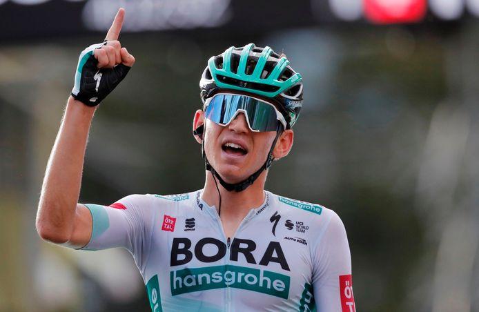 Lennard Kämna won in Villard-de-Lans na een knappe solo van 20 kilometer.