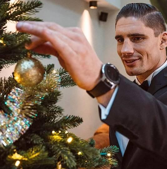 Rico Verhoeven legt de laatste hand aan zijn kerstboom.
