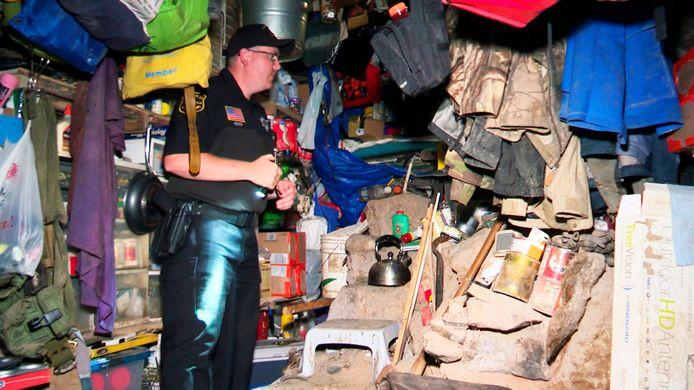 De politie neemt in een kijkje in de bunker van de man.