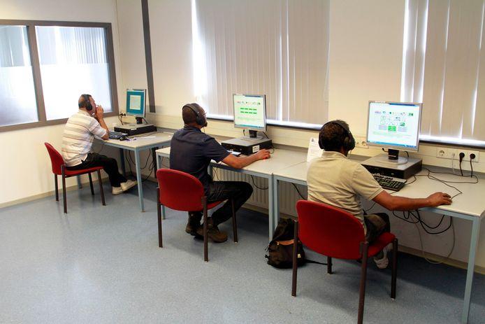 Statushouders , training in taal , e-learning in leslokaal in het  kantoor van WVS .