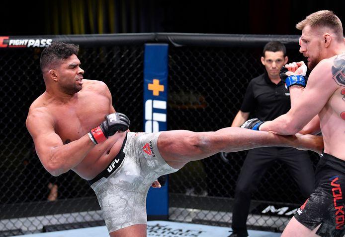 Alistair Overeem (links) in gevecht met Alexander Volkov tijdens UFC Fight Night event op 6 Februari 2021 in Las Vegas (Amerika)