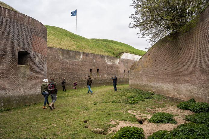 Wandelen in het ringkanaal van Fort Pannerden. Voor het eerst in de geschiedenis van het vestingwerk in Doornenburg was dat deze paasdagen mogelijk.