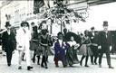 Een foto uit een ver verleden. Je ziet Berke den Hottentot (centraal) tijdens een stoet om de Belgische onafhankelijkheid te herdenken. Links zie je ontdekkingsreiziger Stanley, rechts Koning Leopold