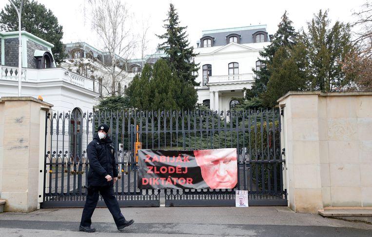 De Russische ambassade in Praag. Op het door demonstranten aangebrachte doek staat bij de afbeelding van Poetin: 'Killer, dief, dictator'.  Beeld AP