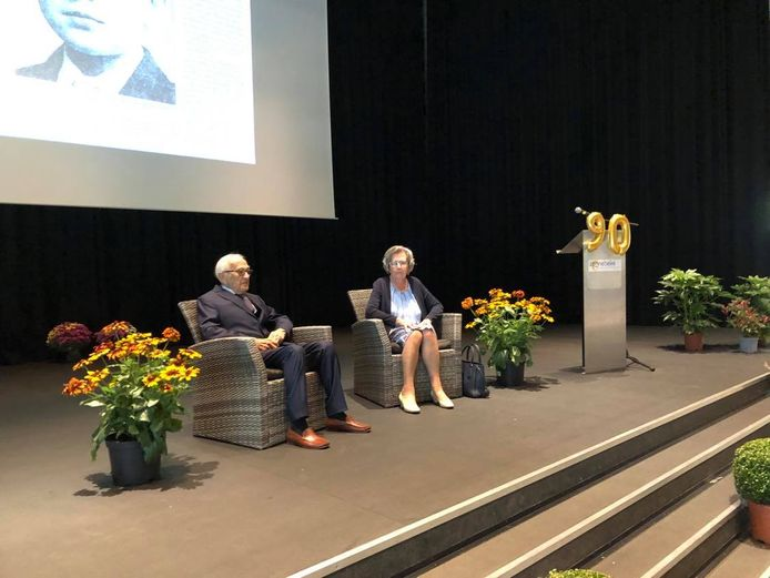 Ereburgemeester Maurice Bourgois mocht samen met zijn echtgenote plaatsnemen op het podium in GC De Leege Platse.