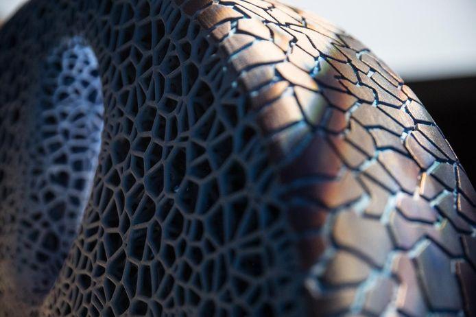 De band van de toekomst bestaat grotendeels uit natuurlijke grondstoffen, zoals bamboe en sinaasappelschillen. Het prototype van de band heeft een open structuur die op koraal lijkt.