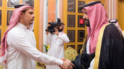 Zijn vader zou in stukken gesneden zijn in opdracht van regime, maar zoon Khashoggi wordt gedwongen om hand van Saudische kroonprins te schudden