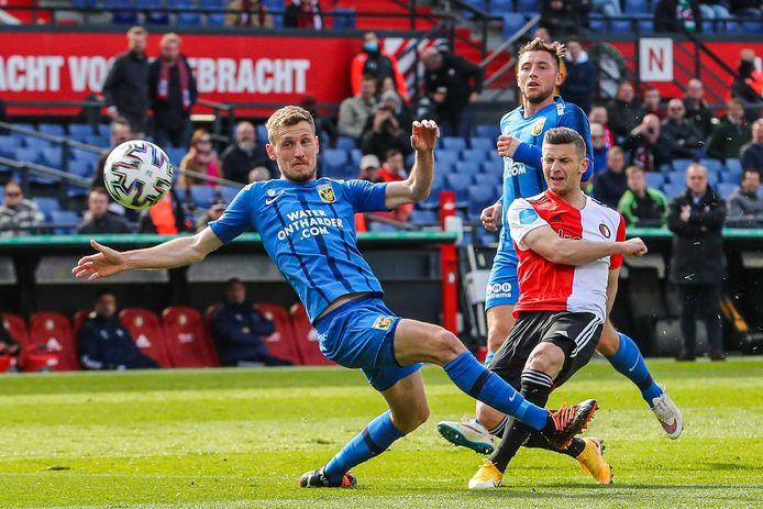 Tomas Hajek voor Vitesse in duel met Feyenoorder Bryan Linssen.