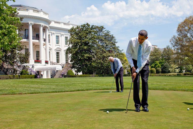 Barack Obama en Joe Biden putten bij het Witte Huis in 2009. Beeld Getty Images