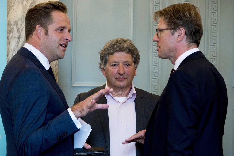 Micha de Winter, voorzitter van de commissie-De Winter, overhandigt het eindrapport van de Commissie Onderzoek naar Geweld in de Jeugdzorg aan ministers Dekker (links) en De Jonge.  Beeld ANP