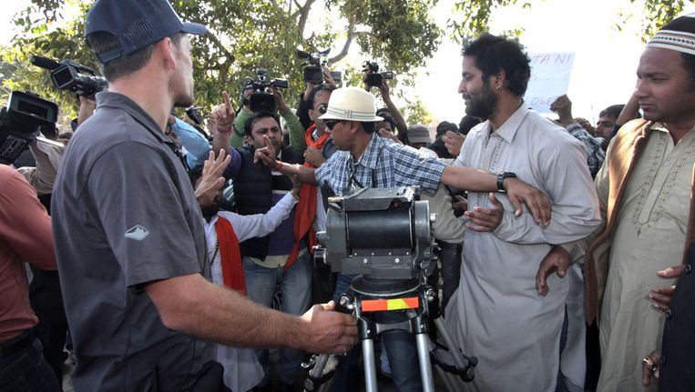 Crewleden proberen hun materiaal te beschermen tegen de nationalistische actievoerders. Beeld AP