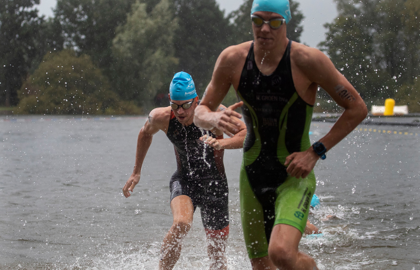 Jorik van Egdom, de latere winnaar, komt  als vierde uit het water.