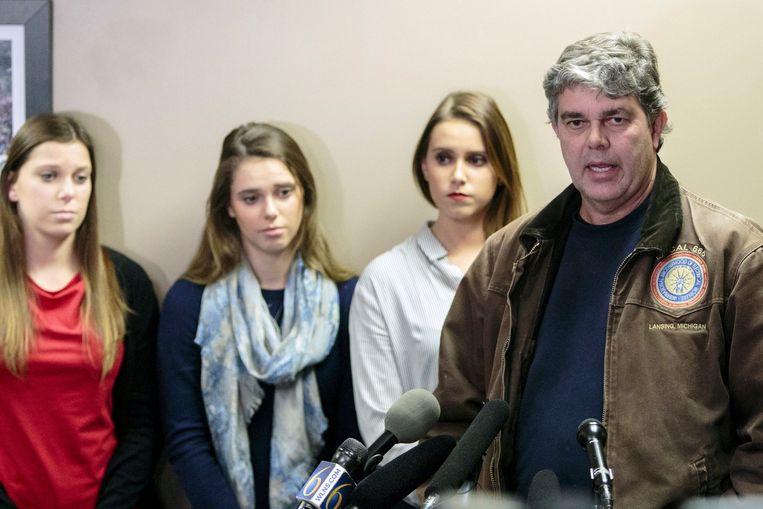 Randall Margraves met zijn drie dochters Lauren, Madison en Morgan