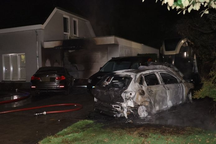 De autobranden woedden omstreeks 03.30 uur.