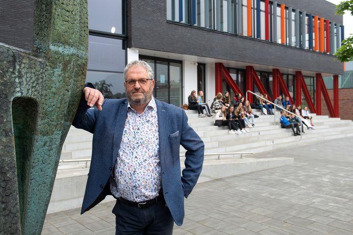 Raamsdonksveer - Pix4Profs/René Schotanus. Martin vd Kieboom, VMBO-directeur, neemt na 43 jaar afscheid van Dongemond.