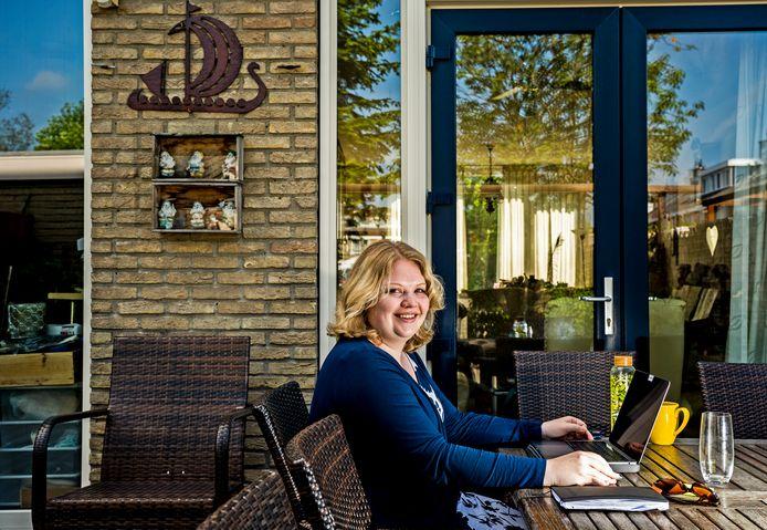 Andrea Visser (26) is hard op zoek naar een woning in Gouda. Zij mag in een nieuw appartement aan Spoorzone gaan wonen. Nu werkt ze nog bij haar ouders in de tuin, straks hopelijk op haar eigen balkon.